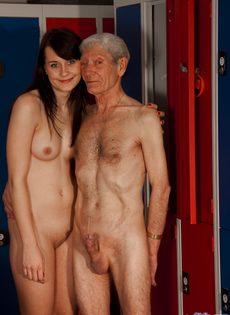 Брюнетистая худышка целуется со стариком, а потом делает ему минет - фото #8