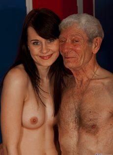 Брюнетистая худышка целуется со стариком, а потом делает ему минет - фото #9