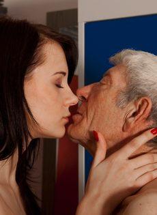 Брюнетистая худышка целуется со стариком, а потом делает ему минет - фото #10