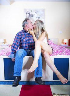 Сексуальная девушка предложила старому мужику вагинальную еблю - фото #7
