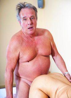 Сексуальная девушка предложила старому мужику вагинальную еблю - фото #11