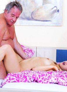 Сексуальная девушка предложила старому мужику вагинальную еблю - фото #16