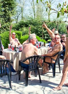 Старые мужики пустили по кругу худенькую молодую шлюшку - фото #2