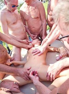 Старые мужики пустили по кругу худенькую молодую шлюшку - фото #9