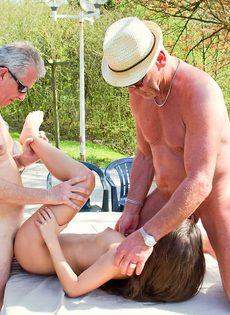 Старые мужики пустили по кругу худенькую молодую шлюшку - фото #15