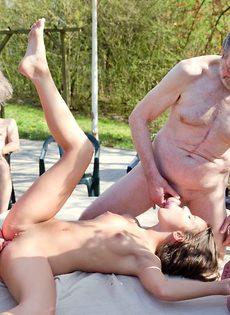 Старые мужики пустили по кругу худенькую молодую шлюшку - фото #16