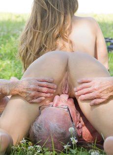 Старик пытается удовлетворить миловидную девушку на природе - фото #12