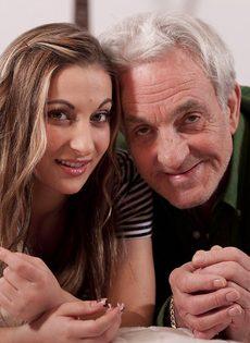 Молоденькая шлюшка развратничает со старым седым мужиком - фото #2