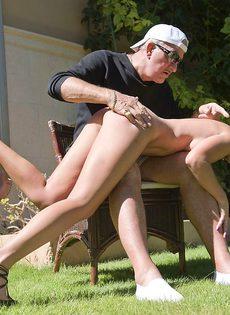 Старик в очках пробует на вкус бритую киску обворожительной девушки - фото #4