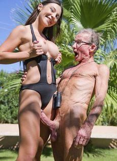 Старик в очках пробует на вкус бритую киску обворожительной девушки - фото #9