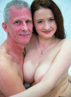 Молоденькой сучке удалось раскрутить на секс состоятельного старика - фото #3