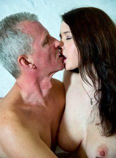 Молоденькой сучке удалось раскрутить на секс состоятельного старика - фото #8