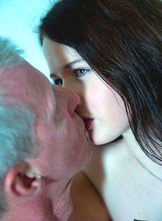 Молоденькой сучке удалось раскрутить на секс состоятельного старика - фото #9