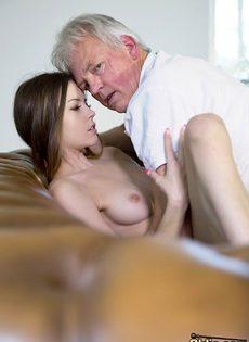 Развратница трахнулась со старым состоятельным дедом - фото #8