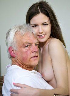 Развратница трахнулась со старым состоятельным дедом - фото #11