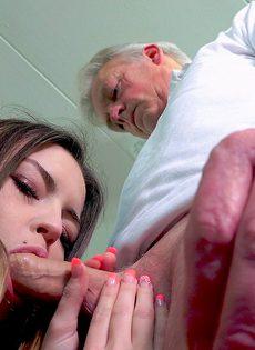 Развратница трахнулась со старым состоятельным дедом - фото #12