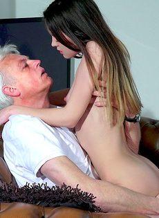 Развратница трахнулась со старым состоятельным дедом - фото #13
