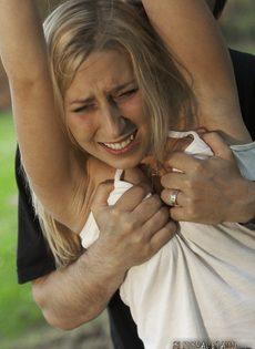 Худенькая блондинка подвергается БДСМ развлечениям на природе - фото #4