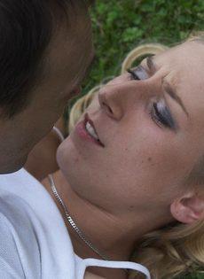 Худенькая блондинка подвергается БДСМ развлечениям на природе - фото #5