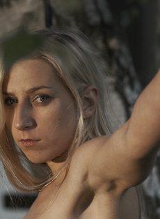 Худенькая блондинка подвергается БДСМ развлечениям на природе - фото #10