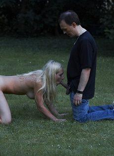 Худенькая блондинка подвергается БДСМ развлечениям на природе - фото #16