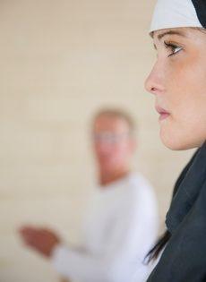 Обворожительная монахиня насаживается выбритой дыркой на член старика - фото #1