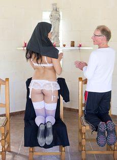 Обворожительная монахиня насаживается выбритой дыркой на член старика - фото #2