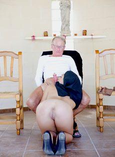 Обворожительная монахиня насаживается выбритой дыркой на член старика - фото #10