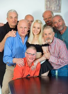 Старые мужики воспользовались услугами молоденькой шлюшки - фото #1