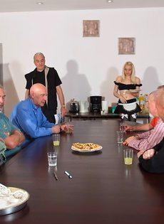 Старые мужики воспользовались услугами молоденькой шлюшки - фото #2