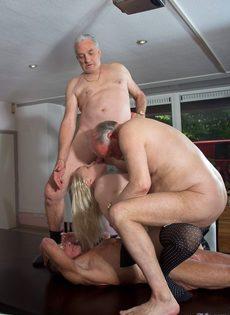 Старые мужики воспользовались услугами молоденькой шлюшки - фото #16