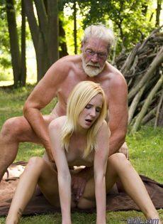 Старику повезло трахнуться с молоденькими блондинками на природе - фото #13