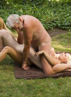Старику повезло трахнуться с молоденькими блондинками на природе - фото #15