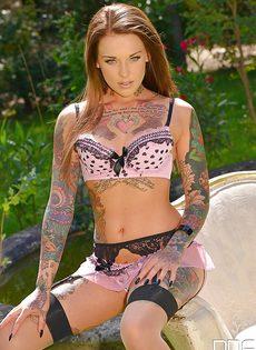 Татуированная европейская сучка трогает киску на свежем воздухе - фото #4