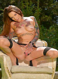 Татуированная европейская сучка трогает киску на свежем воздухе - фото #15