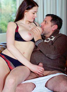 Мужчина наяривает молоденькую красотку и лапает ее за грудь - фото #4