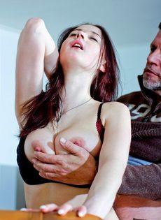 Мужчина наяривает молоденькую красотку и лапает ее за грудь - фото #8
