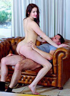 Мужчина наяривает молоденькую красотку и лапает ее за грудь - фото #11