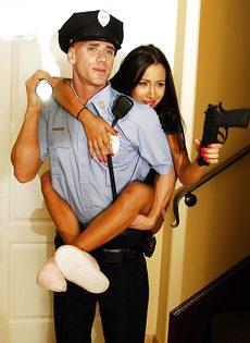 Полицейский Джонни Синс наяривает молоденькую брюнетку в киску - фото #4