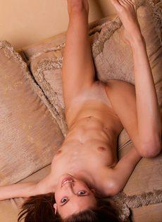 Эротика от миниатюрной молоденькой сучки с маленькой грудью - фото #14