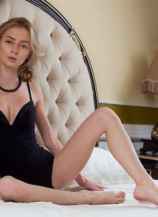 Худенькая молодая девушка с прекрасной растяжкой - фото #2