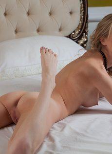 Худенькая молодая девушка с прекрасной растяжкой - фото #13