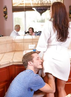 Парень сует горячий член в рабочий рот шикарной мамаши - фото #4