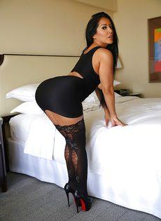 Эффектная и элегантная мамка в коротком платье и в черных чулках - фото #5