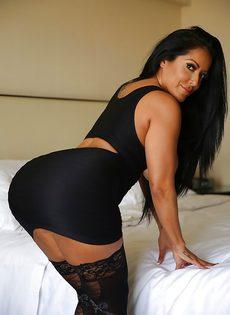 Эффектная и элегантная мамка в коротком платье и в черных чулках - фото #6