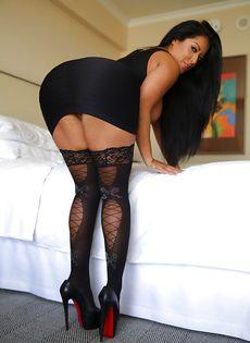 Эффектная и элегантная мамка в коротком платье и в черных чулках - фото #8