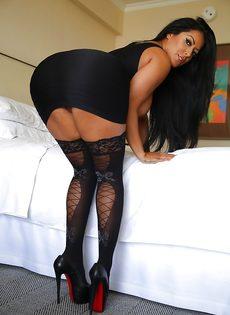 Эффектная и элегантная мамка в коротком платье и в черных чулках - фото #9