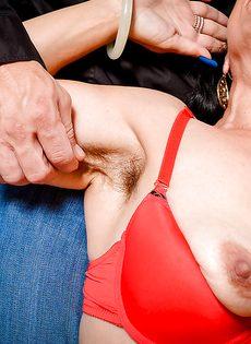 Женщина с дряблой волосатой пиздой сосет член соседского мужика - фото #4