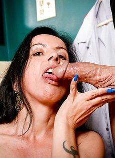 Женщина с дряблой волосатой пиздой сосет член соседского мужика - фото #10