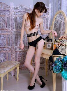 Худенькая тёлка сидит на стуле и демонстрирует вагину - фото #8